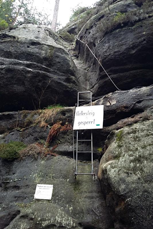 Zamknięta droga (mokra skała)
